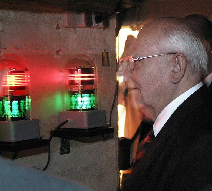 Michail Gorbatschow in der Ausstellung Der Freie Wille vor meiner Arbeit: FAHNENEID